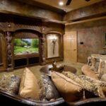 Встроенный аквариум в богато украшенном интерьере