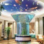 Аквариум-колонна посреди комнаты