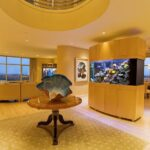 Живая стена — дизайн со встроенным аквариумом