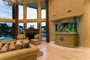 Шикарный аквариум в загородной резиденции