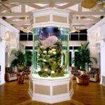 Круглый аквариум посреди комнаты