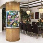 Аквариум-колонна в гостинной дома