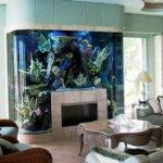 Гостиная с уникальным аквариумом — камином