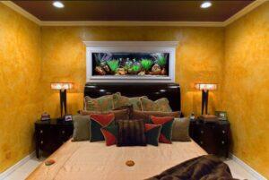 Аквариум в интерьере спальной комнаты