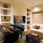 Аквариум со скаляриями в музыкальной комнате